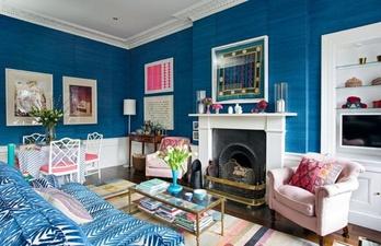 Синяя гостиная с белым потолком