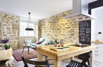 Гостиная с каменными стенами